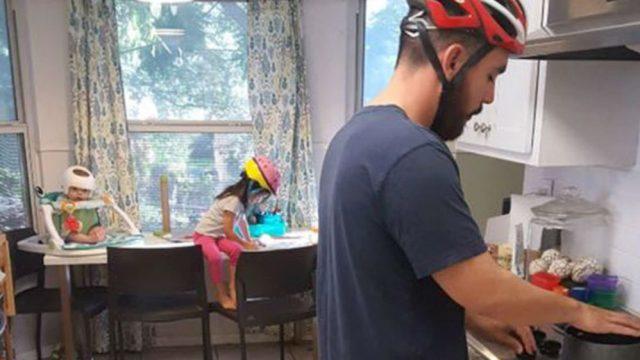 Familia usando cascos en solidaridad con su bebé, Jonas