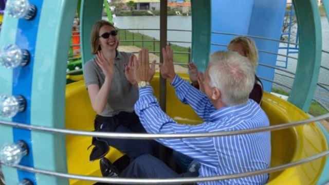 Padre regala a su hija parque de diversiones