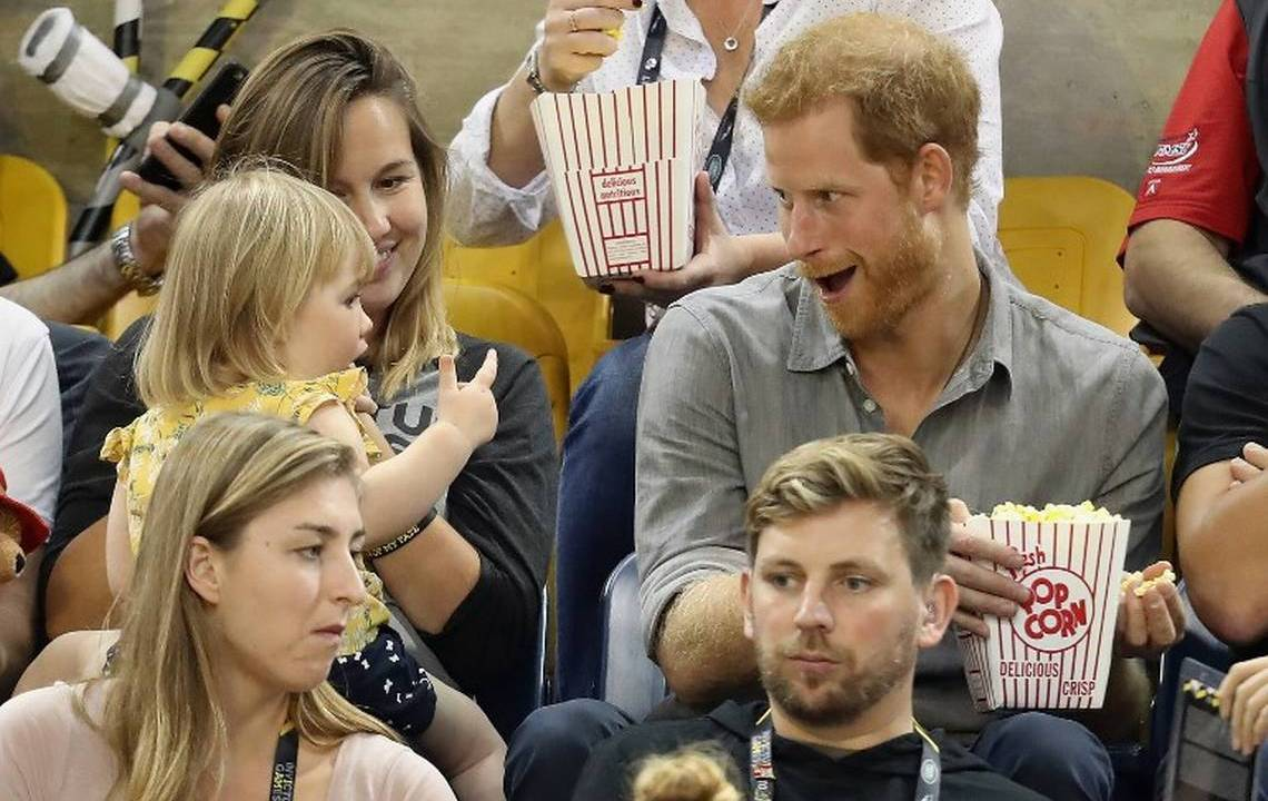 Niña le roba palomitas al Príncipe Harry