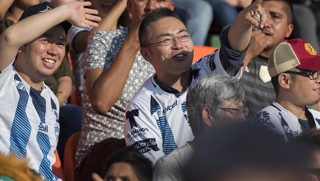 Japoneses aficionados al futbol recogen basura estadio