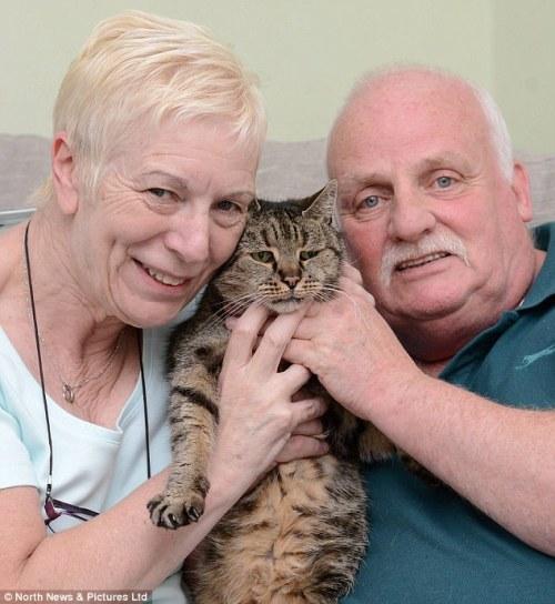 Liz e Ian Finlay con su gato Nutmeg