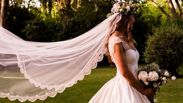 Buscan a dueña de vestido de novia encontrado entre los escombros