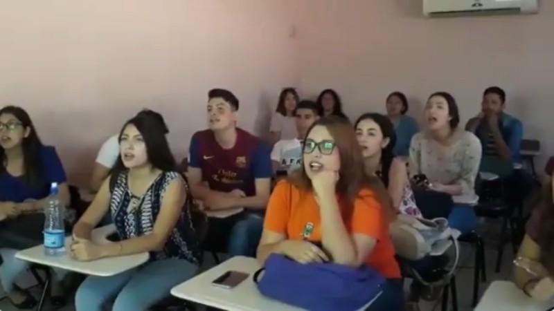 Maestra de inglés pone a cantar a sus alumnos La Chona