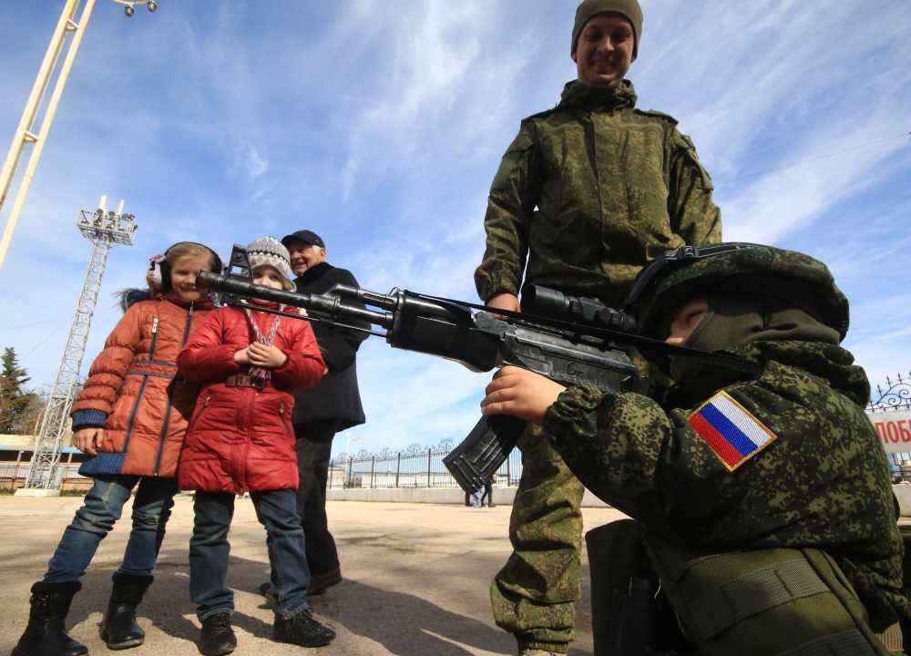 Niño con rifle AK