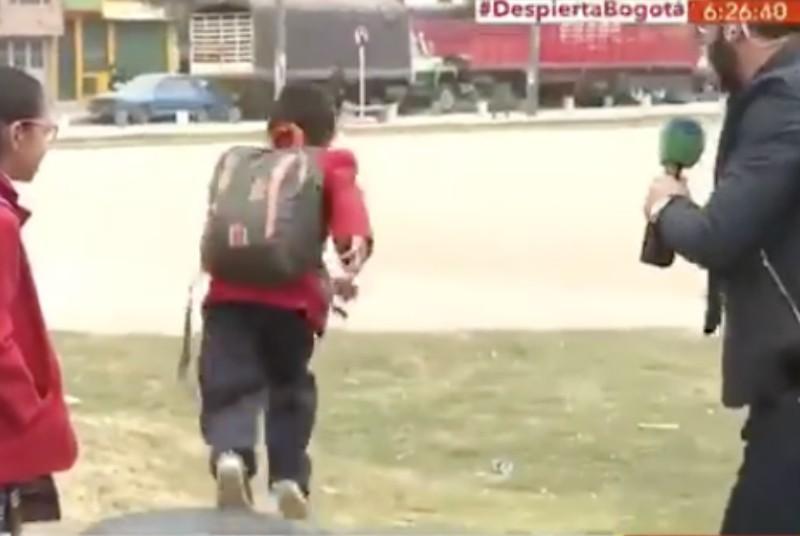 Niño corre de una entrevista para llegar temprano escuela