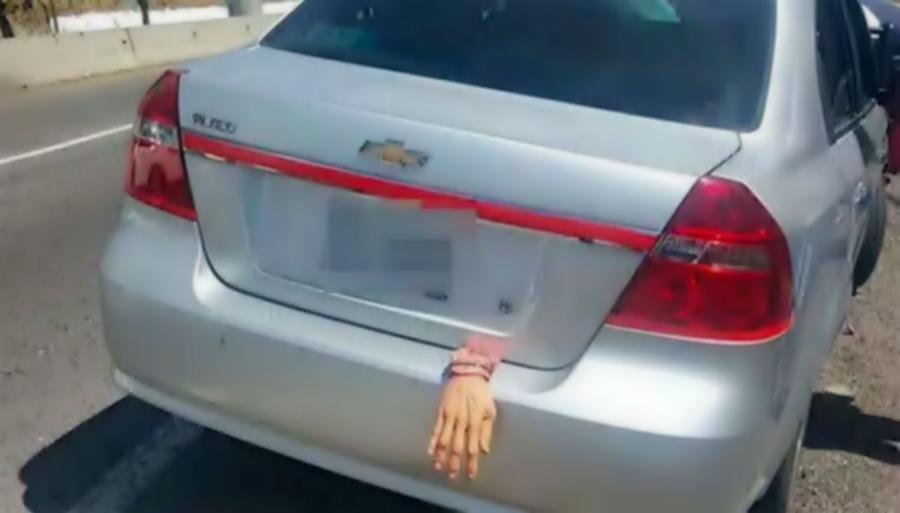 Adorno de Halloween en automóvil provoca persecución de la policía