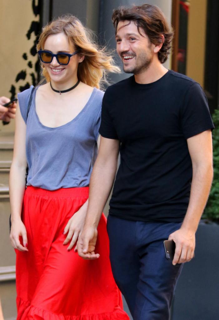 Diego Luna y su novia Suki Waterhouse pasean juntos por Nueva York