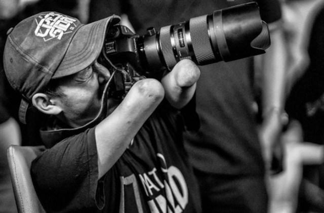 Fotógrafo sin pies ni manos te sorprenderá con su trabajo