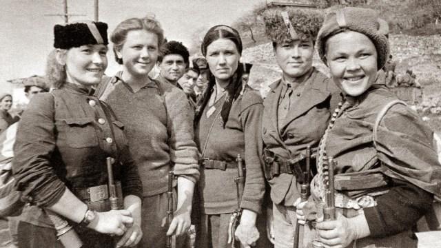 mujeres rusas nazis sur de la península de Crimea. 1944. Autor Pavel Trochkine