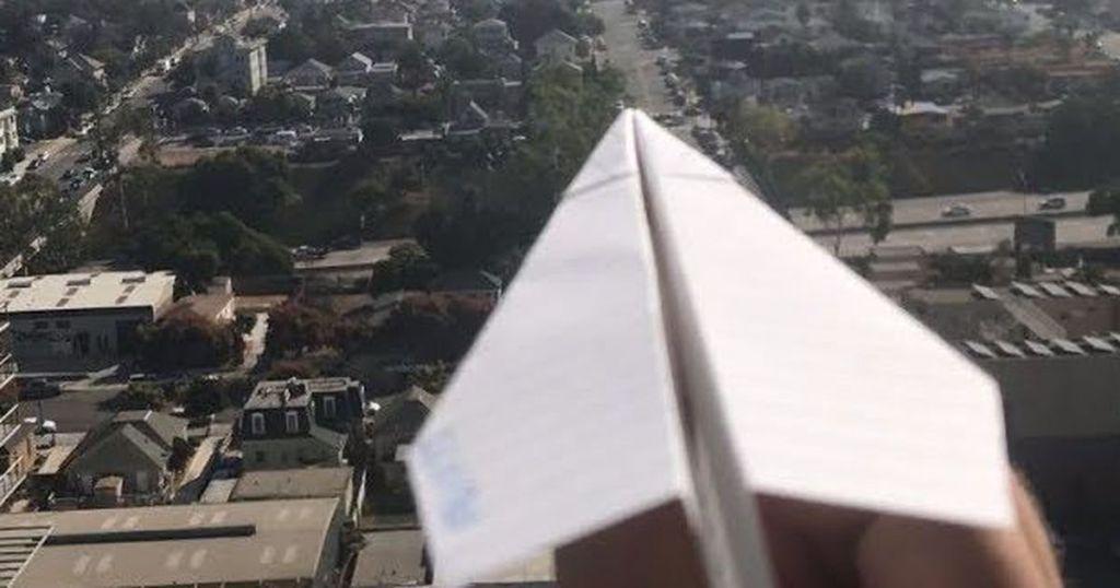 Un chico se graba lanzando aviones de papel desde su departamento
