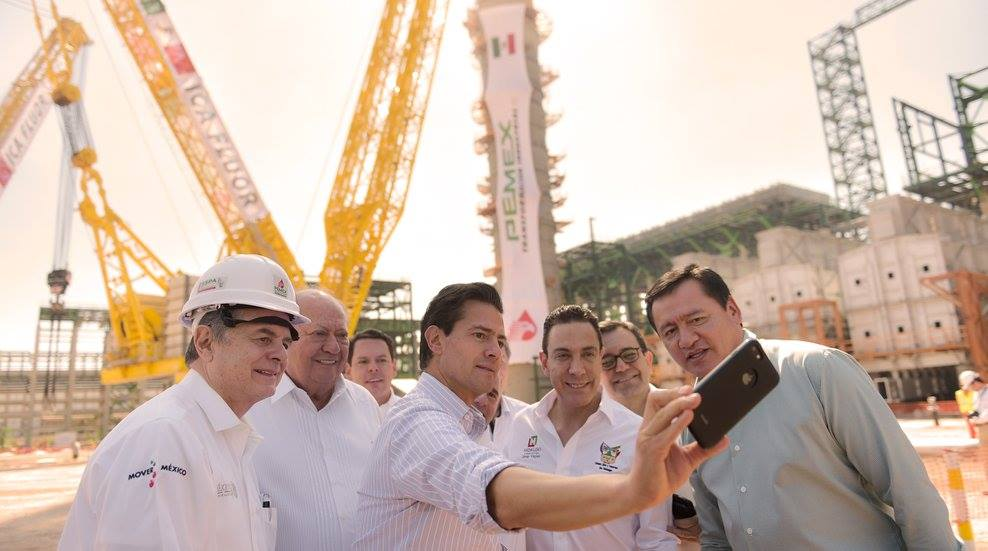 Selfie con Enrique Peña Nieto, Osorio Chong, y Deschamps