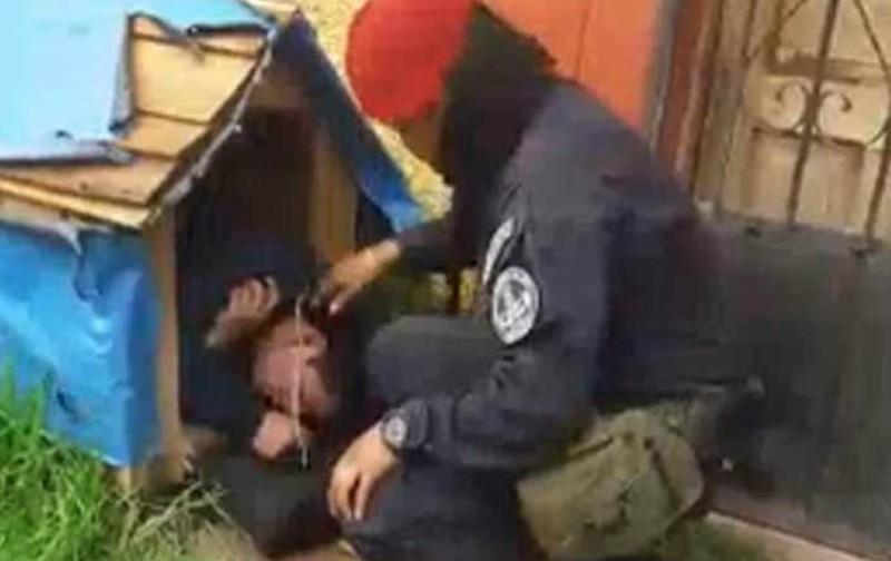 Borrachín invade casita de perro para dormir