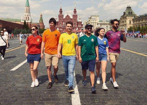 Activistas ocultan bandera gay en Rusia