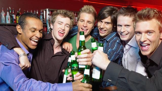 Hombres sienten atracción homosexual cuando toman