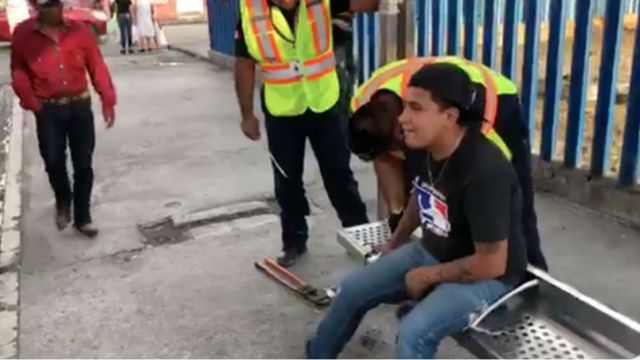 se-atora-dedo-banca-bomberos-ayudan-video