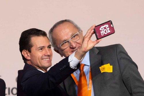 Enrique Peña Nieto se toma selfie con funda con logo de AMLO