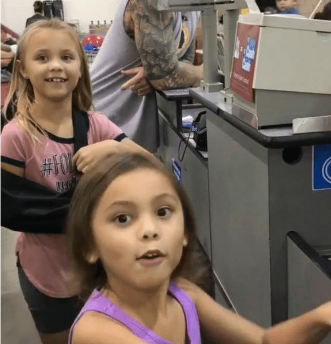 Cajero finge Maui de Moana para no romper ilusión a niñas