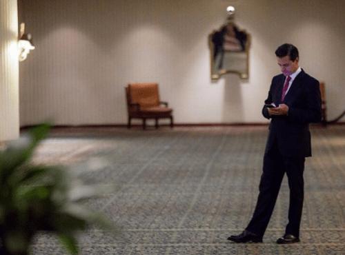 Enrique Pena Nieto devela busto de AMLO
