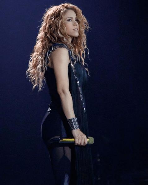 Shakira desata locura en aeropuerto