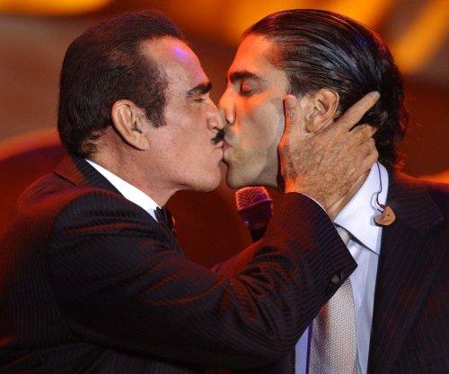 Difunden foto de Vicente Fernández besándose con chica