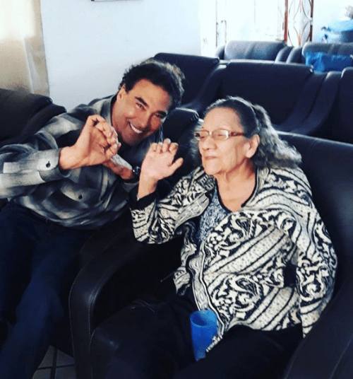 Eduardo Yanez enseña señas obsecenas a su hijo