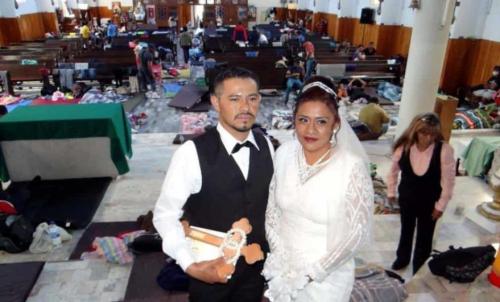 Hondureño y Poblana se casan rodeados de la caravana migrante