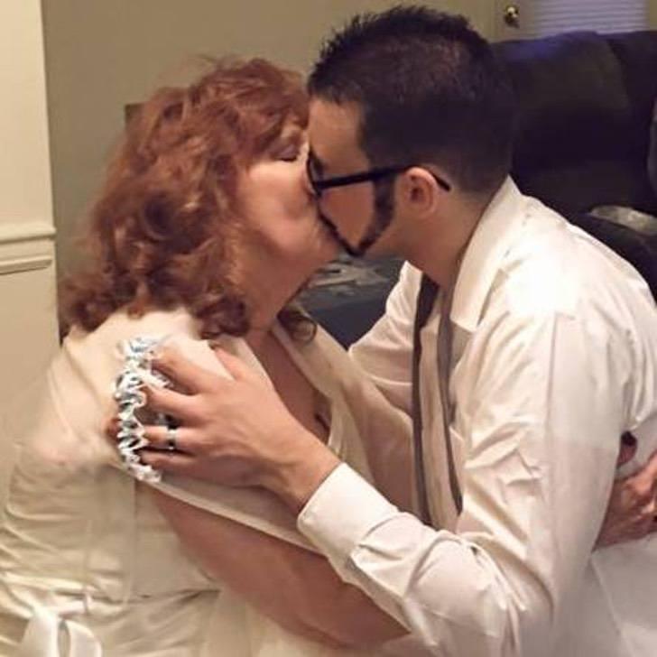 Mujer de 72 y joven de 19 celebran tres años de novios