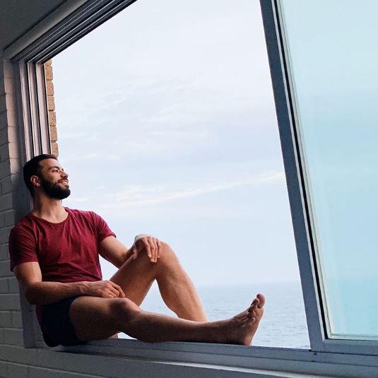 Millonario sexy busca asistente para viajar por el mundo