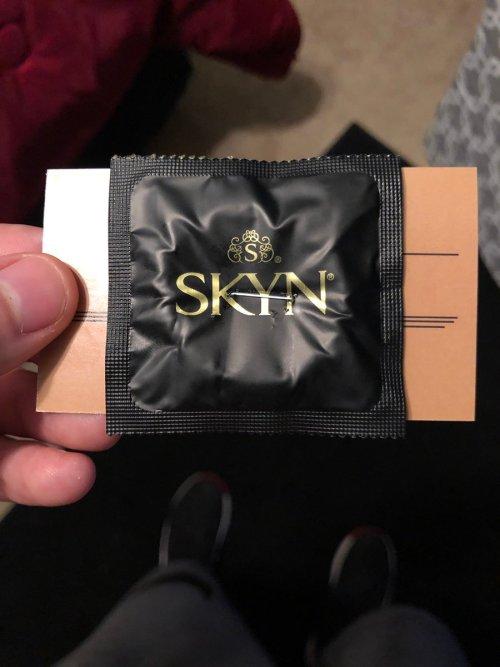 Hombre reparte condones engrapados a una tarjeta de presentación