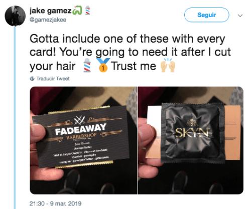 hombre reparte tarjetas de presentacion con condones rotos