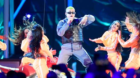 Bad Bunny arriesgó con sus looks en los premios Billboard