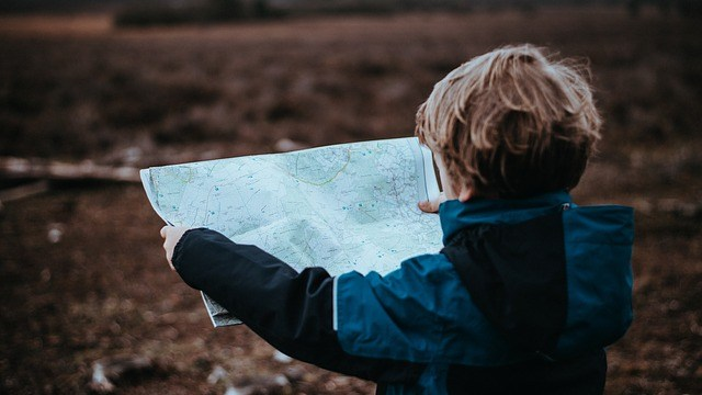 Niño toma alcancía y escapa para viajar por el mundo