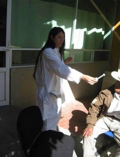 Viejito lleva perrito al hospital y médicos lo atienden