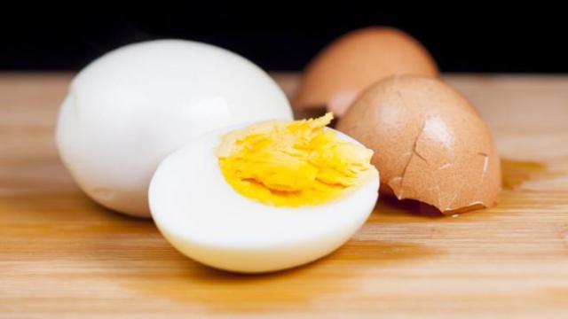 Mujer queda ciega por cocinar huevo en el microondas