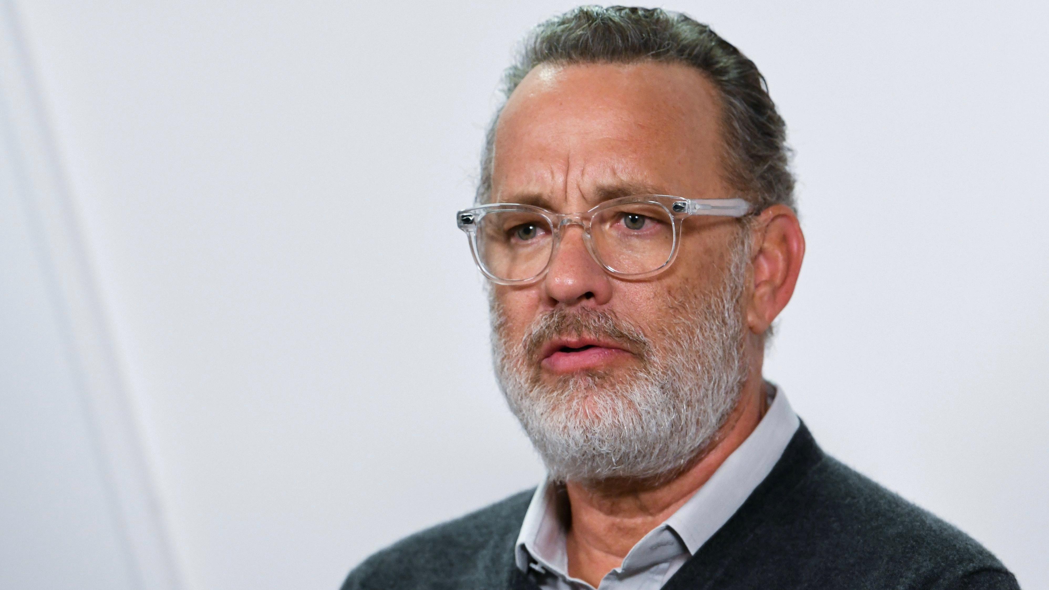 Tom Hanks se limpia la mejilla tras saludar a Jennifer Lopez