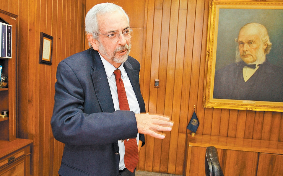 Enrique Graue, rector de UNAM, es experto en preparar cereal