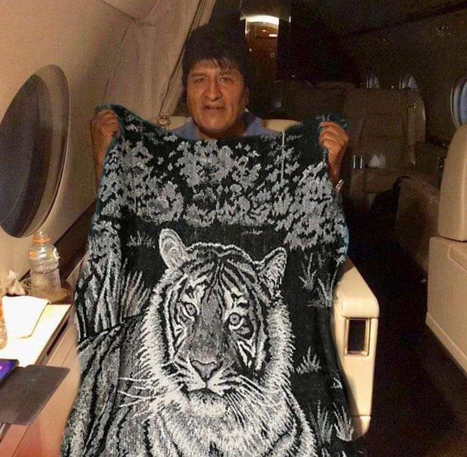 Memes de Evo Morales sosteniendo la bandera de México