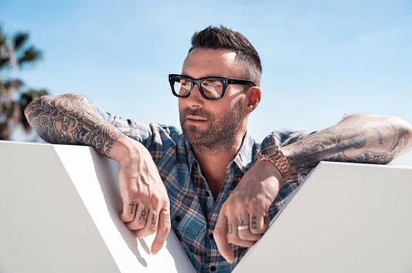Adam Levine se disfraza de policía y regala boletos para Maroon 5