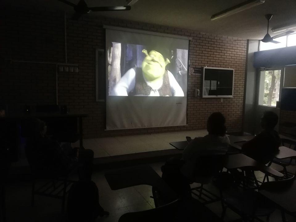 Hombres estudiantes de la UANL ven Shrek en paro nacional de mujeres