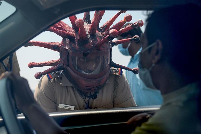 Policia en la India hace casco con forma de Coronavirus para pedir a la gente que se quede en casa