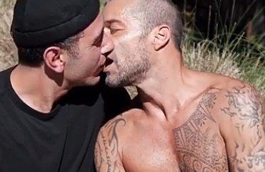 Ricky Martin y Jwan Yosef se dan beso en video de Residente
