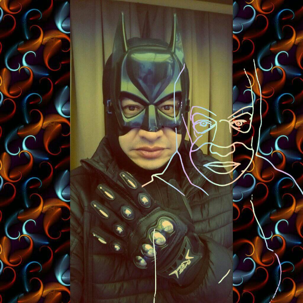 Profesor se disfraza de superheroe para dar clase virtual