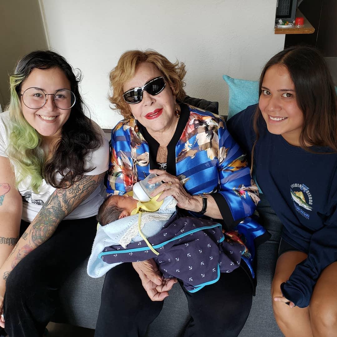 Hijas de Silvia Pinal la felicitan en día de las madres, pero Frida brilla por su ausencia