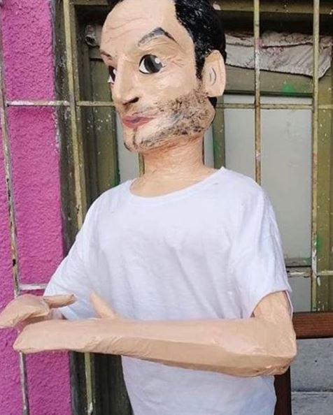 Lanzan piñata de foto Pepillo Origel con su novio y el horno
