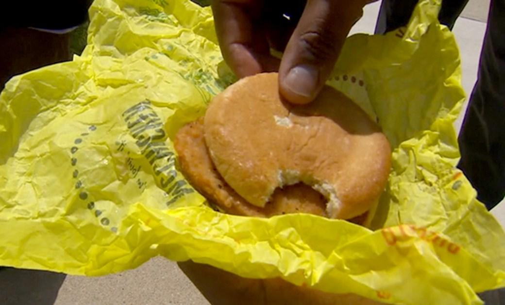 Policía acusa McDonald's d morder su hamburguesa; lo hizo él