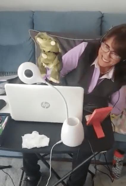 """Él es """"Dinosabio"""", la marioneta creada por maestra para sus clases en línea"""