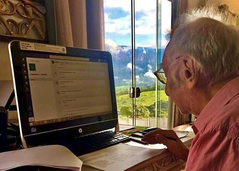 Abuelo 92 años toma clases en línea ser arquitecto