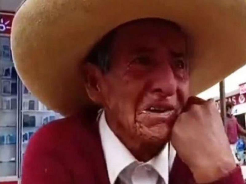 Abuelo llora porque sus hijos le exigen la herencia en vida
