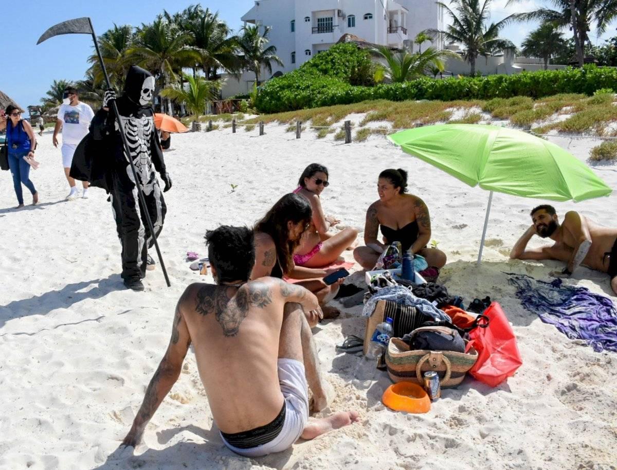 La Muerte se pasea en la playa para recordar el coronavirus