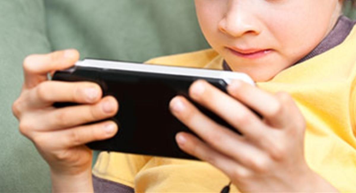 Muere un niño electrocutado al jugar con su celular